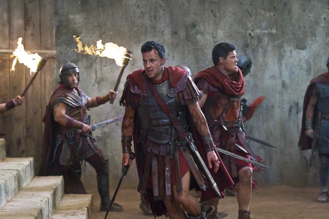 Mit einem Trick gelingt es Spartacus, aus dem Hinterhalte einen Angriff auf Gaius Claudius Glaber (Craig Parker, M.) und seine Männer zu starten. E... - Bildquelle: 2011 Starz Entertainment, LLC. All rights reserved.