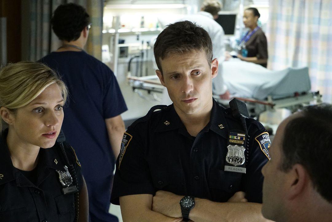 Eddie (Vanessa Ray, l.) hatte sich bereits von ihrem kriminellen Vater entfernt, als der schwerverletzt ins Krankenhaus kommt. Entgegen der Vorschri... - Bildquelle: Jeffrey Neira 2015 CBS Broadcasting Inc. All Rights Reserved.
