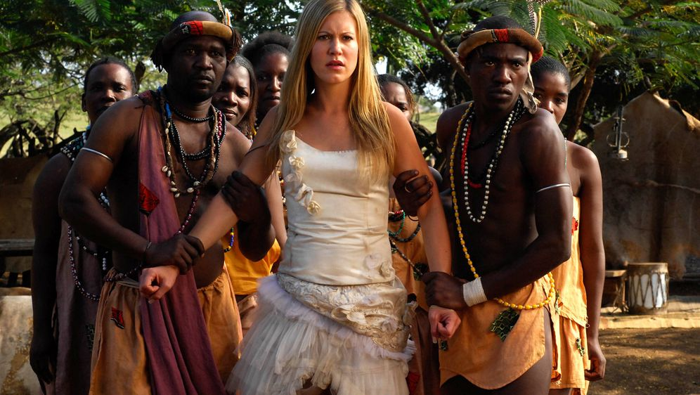 Im Brautkleid durch Afrika - Bildquelle: David Gur SAT.1