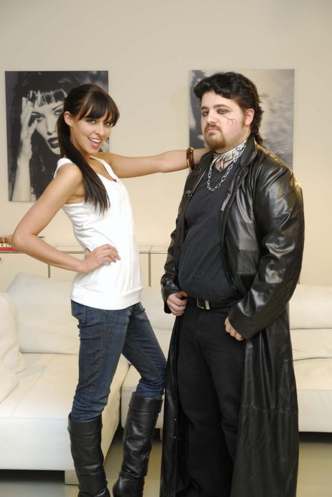 """Das Model Anna Bade (l.) nimmt den """"Freak"""" Tobias (r.) genau unter die Lupe … - Bildquelle: ProSieben"""