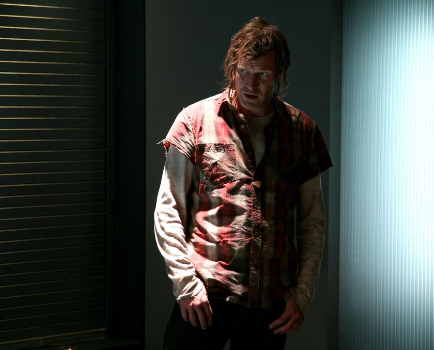 """Nach einem """"Terrorvogel"""" kommt auch der tot geglaubte Danny (Jason Flemyng) durch die Anomalie in die Gegenwart ... - Bildquelle: ITV Plc"""