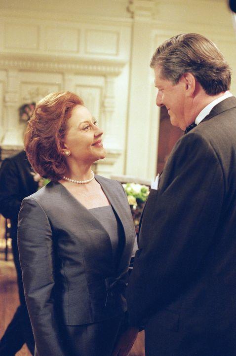 Für ihre Enkelin planen Emily (Kelly Bishop, l.) und Richard (Edward Herrmann, r.) eine schicke Überraschungsparty zu der sie ausgerechnet alle Chil... - Bildquelle: 2000 Warner Bros.