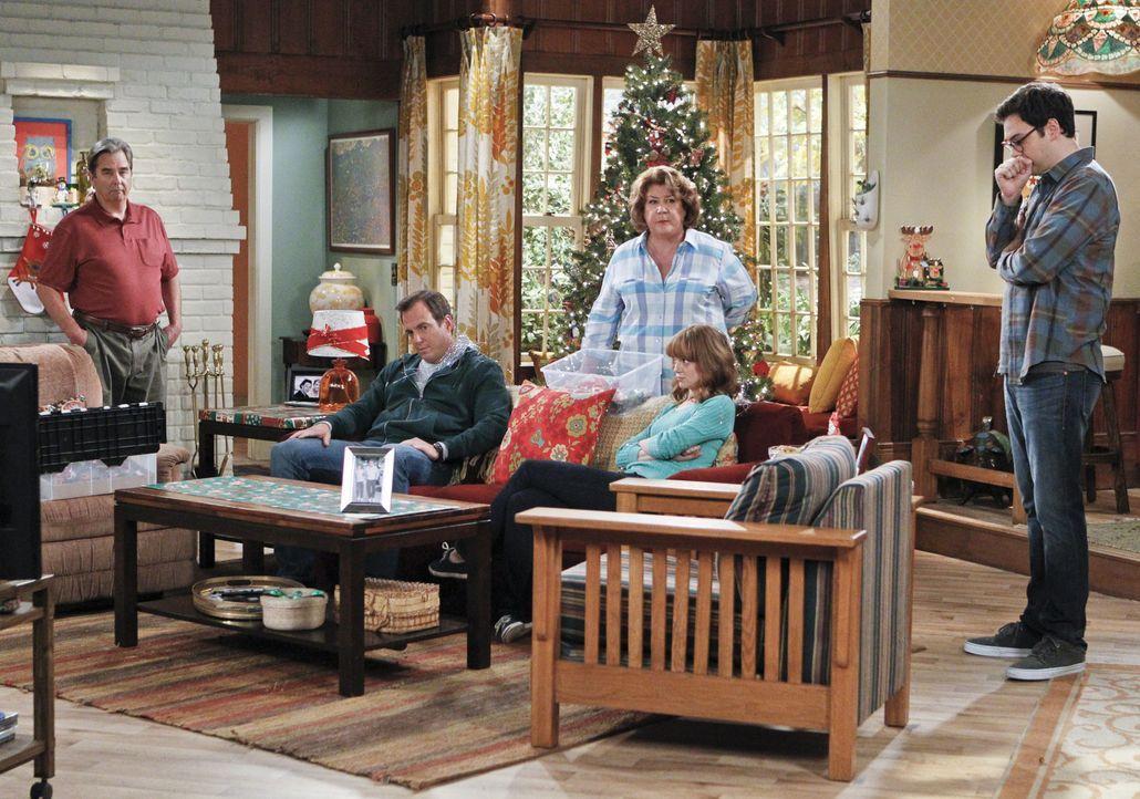 Als Carols (Margo Martindale, 3.v.l.) Eltern übers Wochenende zu Besuch kommen, versucht sie vor Tom (Beau Bridges, l.), Nathan (Will Arnett, 2.v.l.... - Bildquelle: 2013 CBS Broadcasting, Inc. All Rights Reserved.