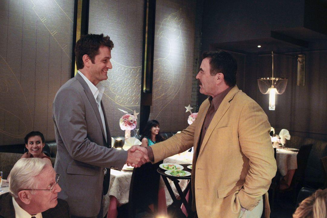 Versteht sich Frank (Tom Selleck, r.) mit Jack (Peter Herrmann, l.), dem Ex-Mann seiner Tochter Erin? - Bildquelle: Giovanni Rufino 2012 CBS Broadcasting Inc. All Rights Reserved.