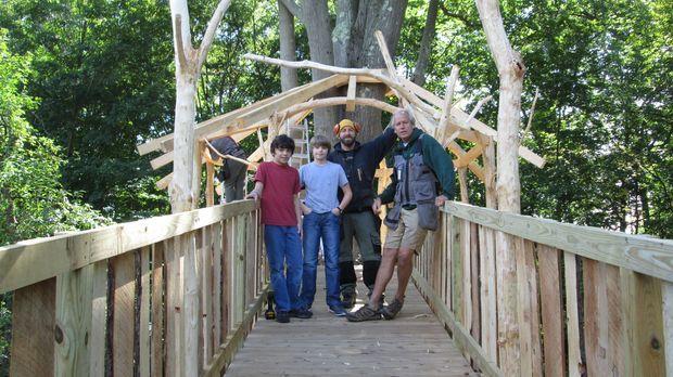 Die Treehouse Guys Ka-V (2.v.r.) und B'fer (r.) haben jahrelang Möbel gebaut,...