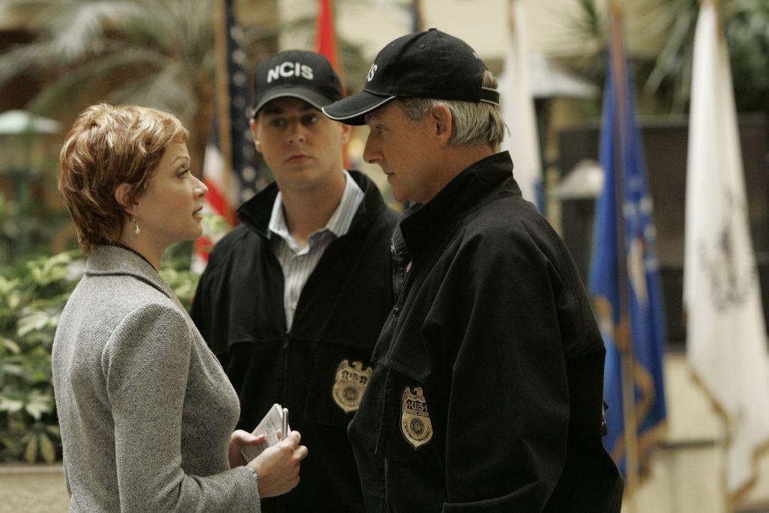 McGee (Sean Murray, M.), Gibbs (Mark Harmon, r.) und Jenny Shepard (Lauren Holly, l.) treffen am Tatort aufeinander ... - Bildquelle: CBS Television