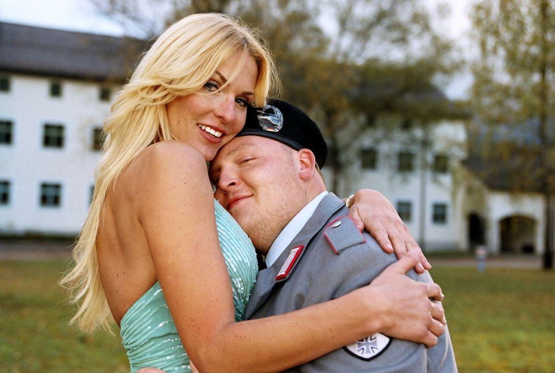 Gehen keinen Bund fürs Leben ein: Ufo (Axel Stein) in den Armen von seiner Freundin (Sonya Kraus) ... - Bildquelle: Constantin Film