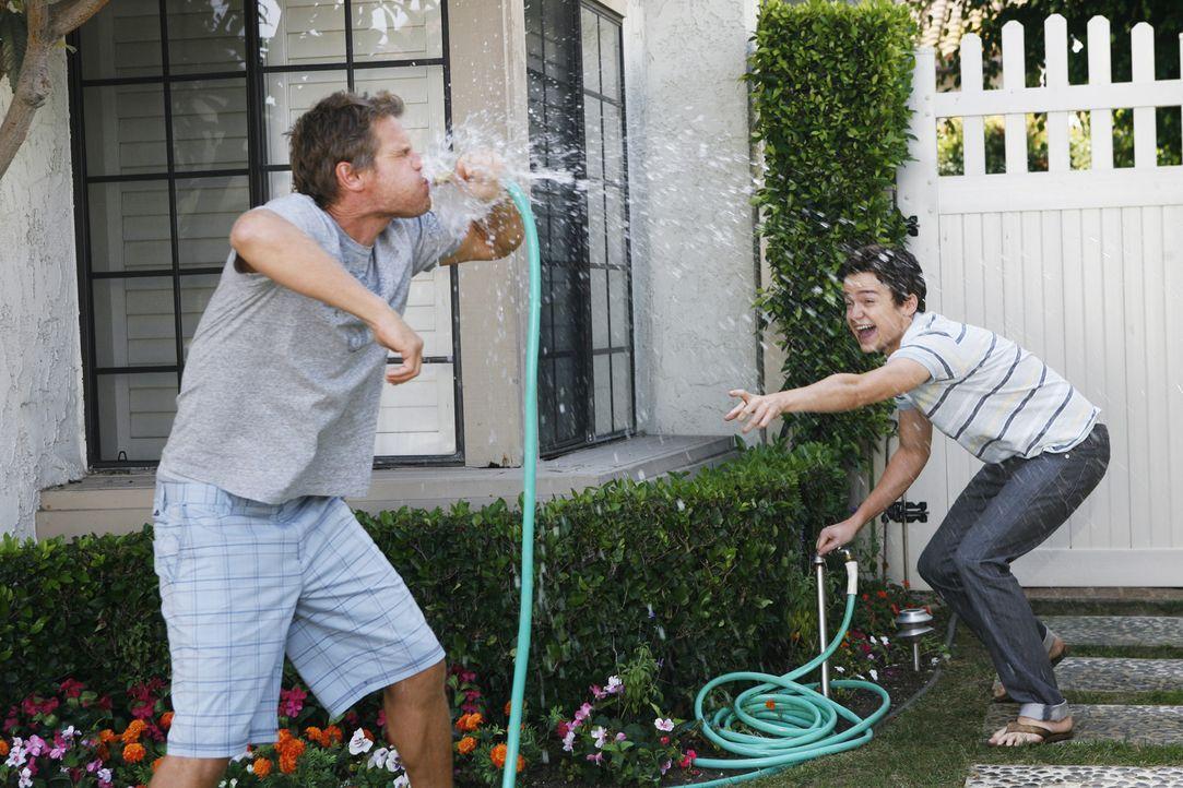 Während Jules mit aller Gewalt versucht, Grayson zu beweisen, dass sie attraktiv ist, versucht Bobby (Brian Van Holt, l.), Gemeinsamkeiten von sich... - Bildquelle: 2009 ABC INC.