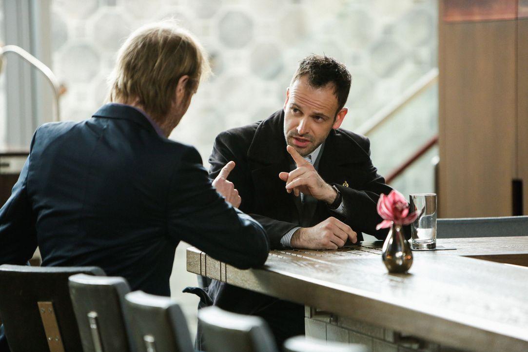 Als Sherlock Holmes' (Jonny Lee Miller, r.) Bruder Mycroft (Rhys Ifans, l.) in New York auftaucht, kommt es zu Spannungen zwischen Holmes und Watson... - Bildquelle: CBS Television
