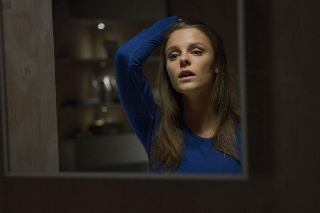 Während Sarah (Jordan Hayes) versucht ein Geheimnis zu bewahren, macht Julia auf Ebene R eine neue Bekanntschaft ... - Bildquelle: 2014 Sony Pictures Television Inc. All Rights Reserved.