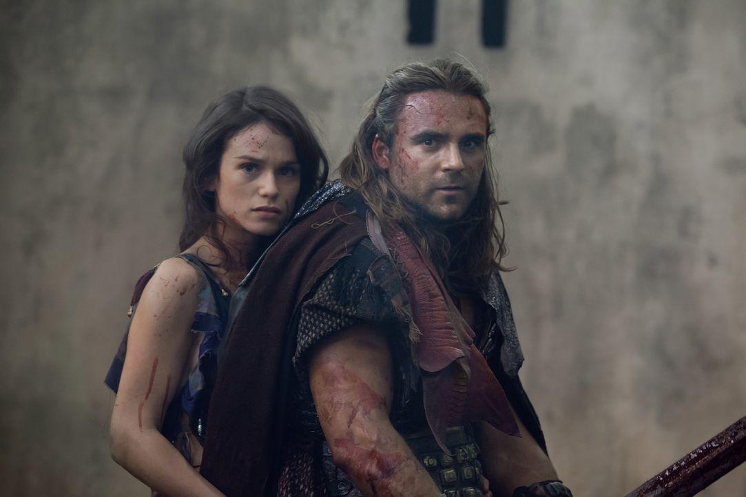 Mit der Hilfe von Gannicus (Dustin Clare, r.) kann Sybil (Gwendoline Taylor, l.) dem Blutbad der Römer entkommen. Doch die Zukunft hält neue Herausf... - Bildquelle: 2012 Starz Entertainment, LLC. All rights reserved.