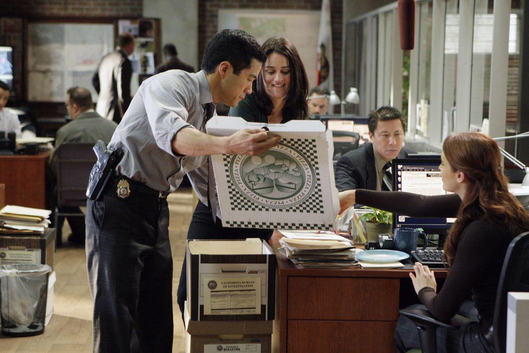 Als ein unter Hypnose stehender Mann eine Leiche in die CBI-Zentrale bringt, beginnen für Kendall (Tim Kang, l.), Teresa (Robin Tunney, 2.v.l.) und... - Bildquelle: Warner Bros. Television