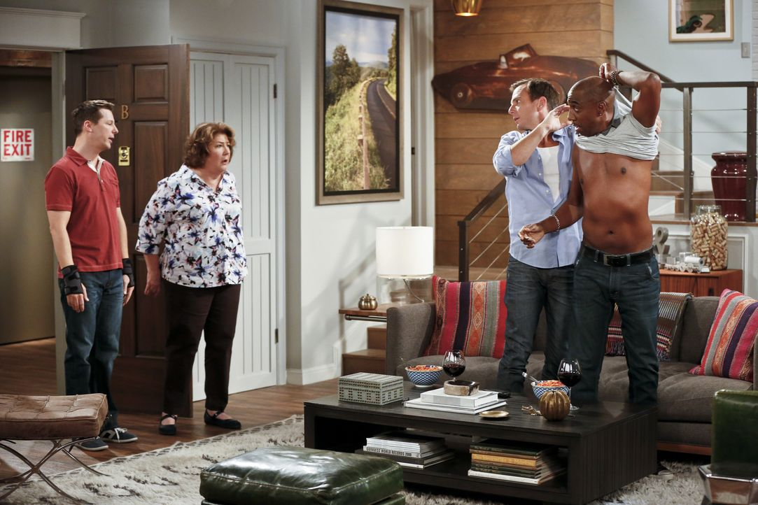 Kip (Sean Hayes, l.) und Carol (Margo Martindale, 2.v.l.) sind leicht irritiert als sie Nathan (Will Arnett, 2.v.r.) und Ray (J.B. Smoove, r.) sehen... - Bildquelle: 2014 CBS Broadcasting, Inc. All Rights Reserved.