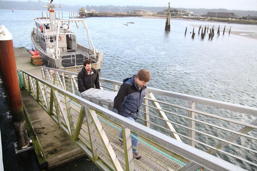 """In dieser Episode von """"Einfach überirdisch"""" erfassen die Wissenschaftler Joseph Hazel (l.) und Robert Dziak (r.) aus den Tiefen des Ozeans mit einem... - Bildquelle: Sean Turell Cineflix 2009"""