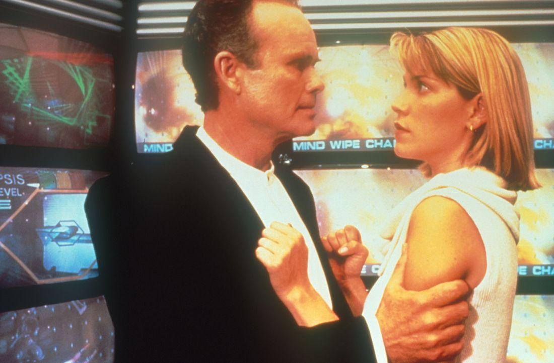 Der sadistische Gefängnisdirektor Poe (Kurtwood Smith, l.) versucht alles, um Karens (Loryn Locklin, r.) Persönlichkeit zu zerstören ... - Bildquelle: Dimension Films