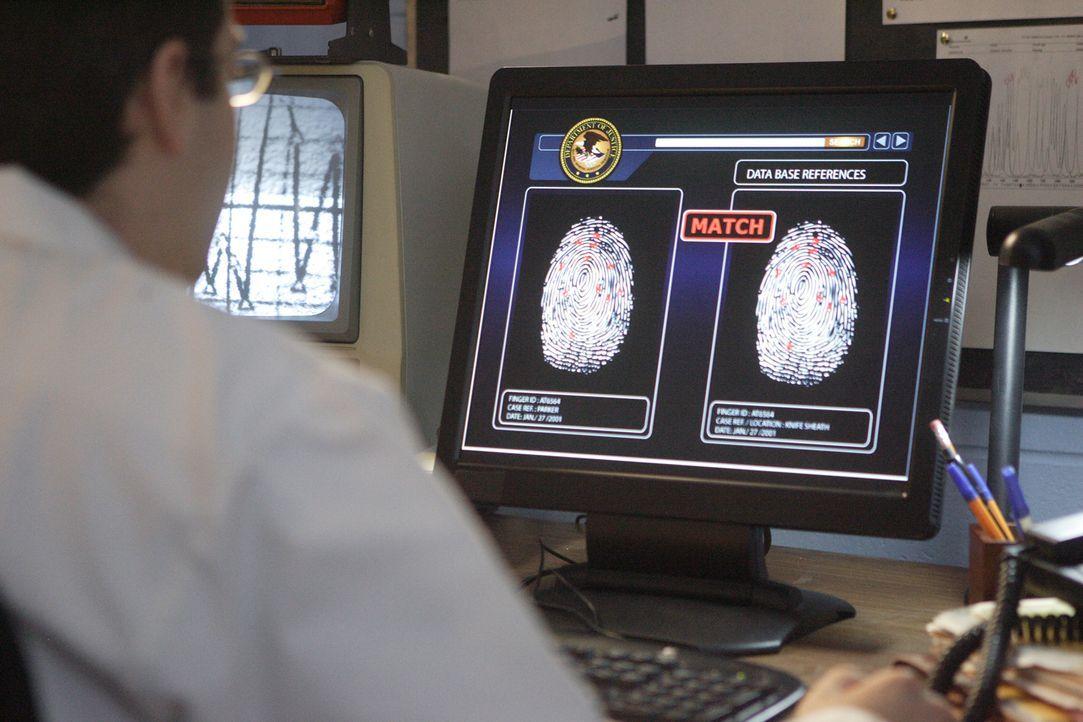 Forensiker Timothy Pifer (Dwayne Micallef) findet eine Übereinstimmung der Fingerabdrücke. Sofort wird eine bundesweite Fahndung ausgelöst. Können d... - Bildquelle: Ian Watson Cineflix 2008