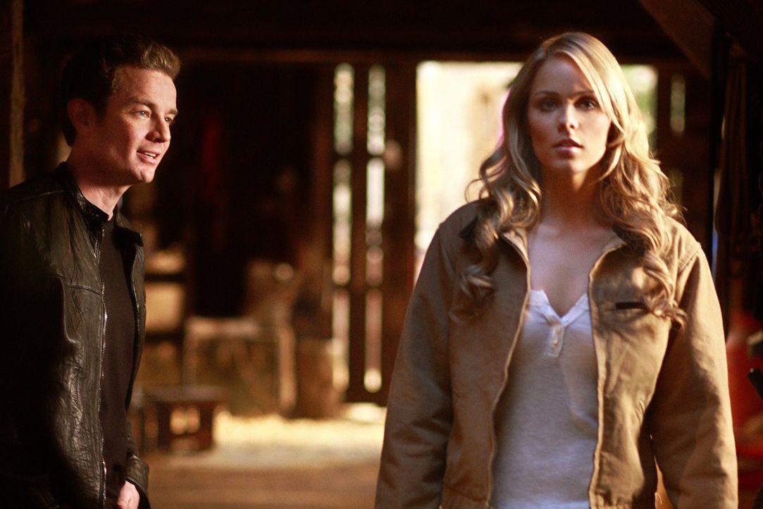 Um den übermächtigen Brainiac (James Masters, l.) zu besiegen, will Kara (Laura Vandervoort, r.) Clark beibringen, wie man fliegt ... - Bildquelle: Warner Bros.
