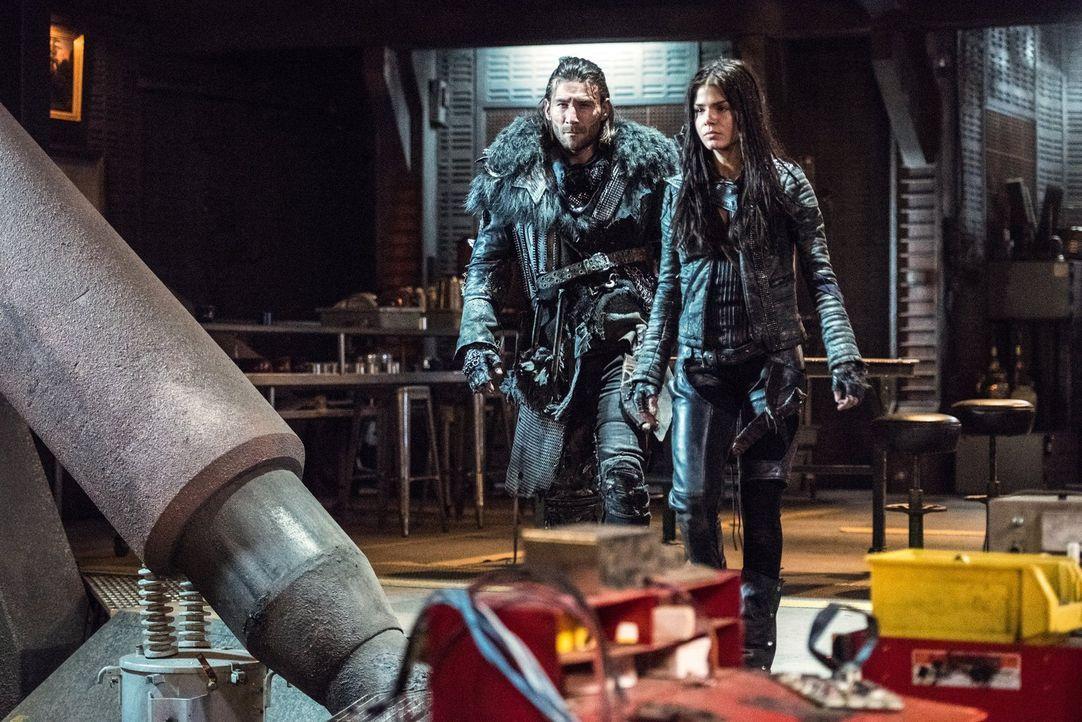 Ist Roan (Zach McGowan, l.) wirklich ein Verräter und längst Teil von Alies Kollektiv oder können Octavia (Marie Avgeropoulos, r.) und ihre Freunde... - Bildquelle: 2014 Warner Brothers