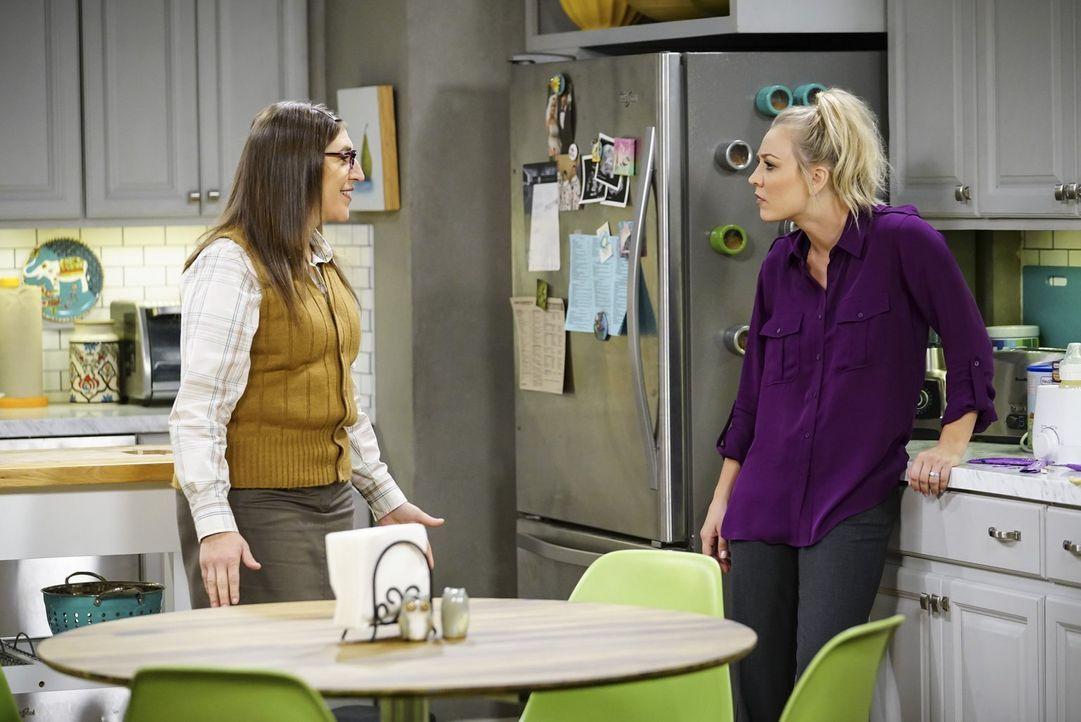 Nachdem Bernadette ihr an den Kopf geworfen hat, dass sie ihr als Babysitterin nicht wirklich vertraut, sucht Penny (Kaley Cuoco, r.) Rat bei Amy (M... - Bildquelle: Warner Bros. Television