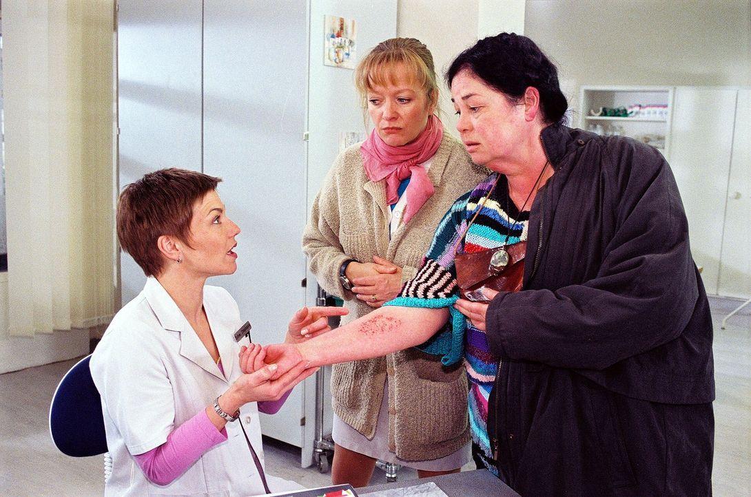Für Stephanie (Claudia Schmutzler, l.) und Schwester Elke (Ulrike Mai, M.) ist es ein Rätsel, dass bei der Kräuterfrau Trude Steiner (Regine Lemmnit... - Bildquelle: Noreen Flynn Sat.1