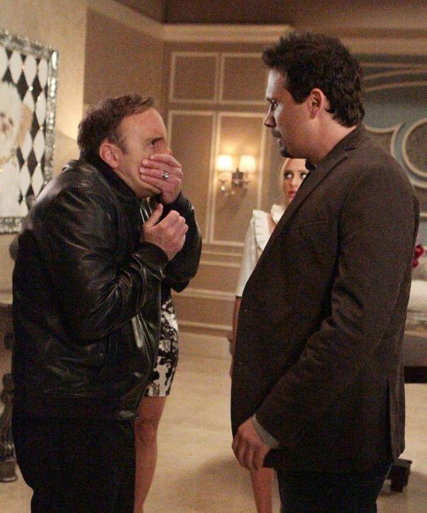 Steven (Jay Mohr, l.), der leibliche Vater von Kaitlin, ist seit Jahren nicht zu Hause gewesen. Nun taucht er wieder auf und fängt gleich eine Prüge... - Bildquelle: Warner Brothers