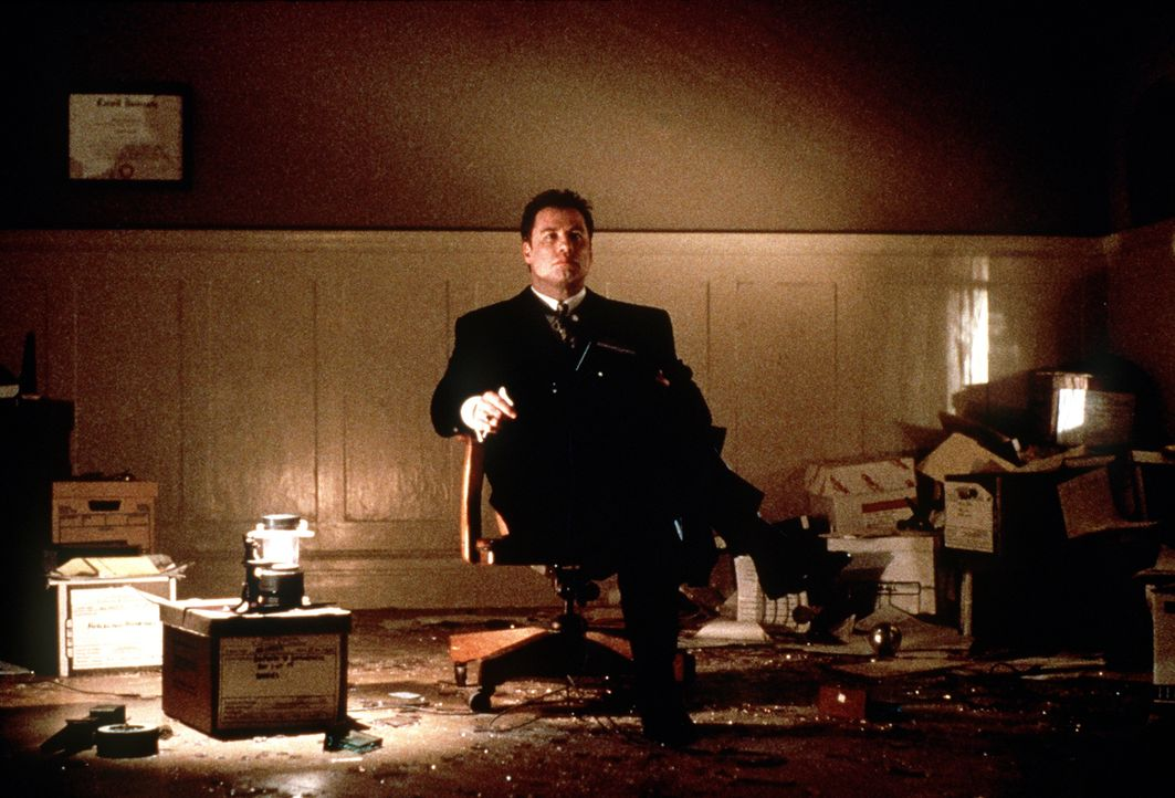 Der Wechsel vom eiskalten Karriereanwalt zu einem engagierten Verfechter der Gerechtigkeit kommt Jan Schlichtmann (John Travolta) teuer zu stehen ... - Bildquelle: Paramount Pictures