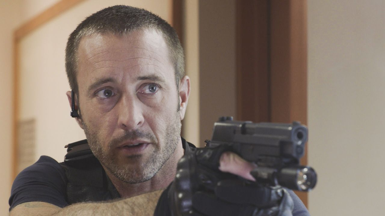 Steve McGarrett (Alex O'Loughlin) muss hart durchgreifen um Unschuldige zu schützen. Wird die Situation eskalieren? - Bildquelle: 2018 CBS Broadcasting, Inc. All Rights Reserved