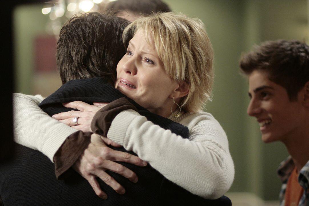 Josh (Jean-Luc Bilodeau, r.) und Nicole (Marguerite MacIntyre, M.) freuen sich, dass Kyle (Matt Dallas, l.) wieder zurück ist ... - Bildquelle: TOUCHSTONE TELEVISION