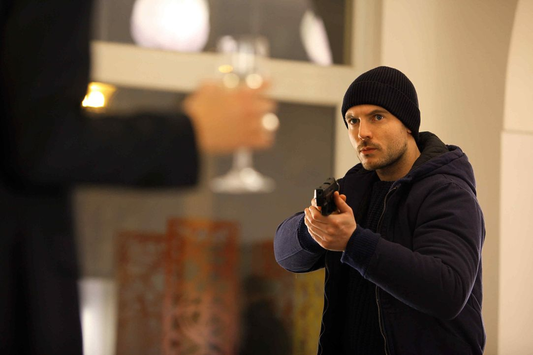 Eine Mörderin im Visier: Tommy (Richard Flood, r.) ... - Bildquelle: 2013 Tandem Productions GmbH, TF1 Production SAS. All rights reserved