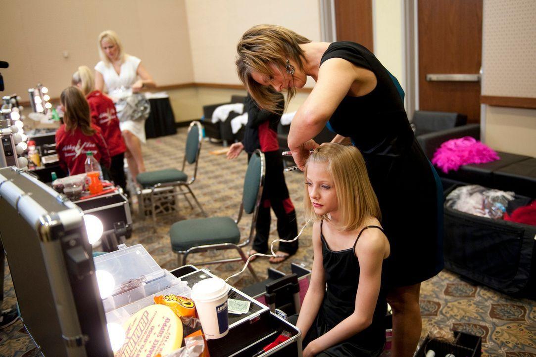 """Die Gruppe ist schockiert, als Cathy mit den """"Candy Apple""""-Tänzern gegen Abbys Mädchen antreten will ... - Bildquelle: 2011 AETN"""