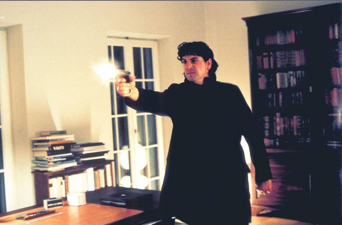 Als eine Person durchs Haus huscht, reagiert Thomas (Gregor Törzs) mit einem gezielten Schuss - und trifft. Da macht er eine schreckliche Entdeckung... - Bildquelle: Christian Rieger/Klick ProSieben