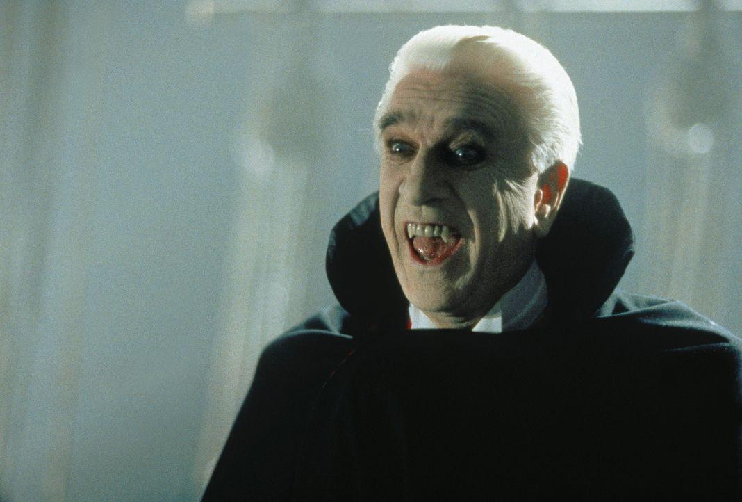 Es ist Mitternacht und Dracula (Leslie Nielsen) begibt sich zu Tisch ... - Bildquelle: CASTLE ROCK ENTERTAINMENT