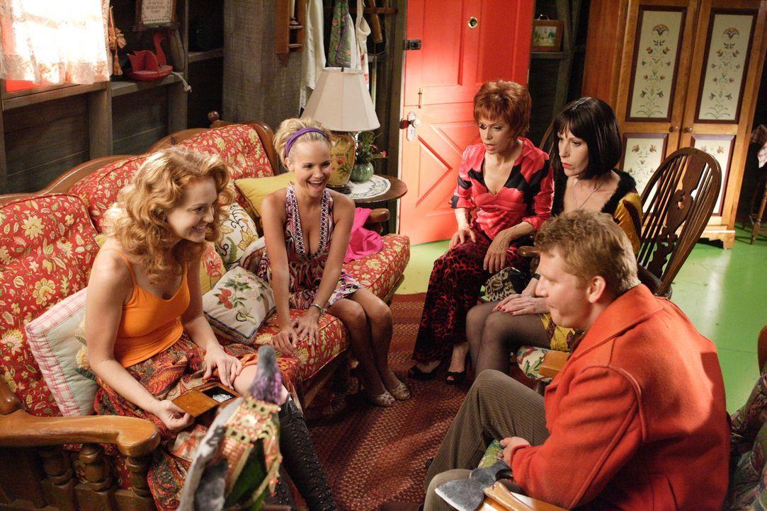 Wenn alle zusammentreffen, ist das Chaos vorprogrammiert: (v.l.n.r.) Elsita (Jayma Mays), Olive (Kristin Chenoweth), Lily (Swoosie Kurtz), Vivian (E... - Bildquelle: Warner Brothers