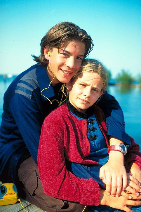 Verzweifelt wünscht sich Alex (Philipp Danne, l.), dass die Therapie seine kleine Schwester Nina (Louisa Herfert, r.) gesunden lässt, denn der Junge... - Bildquelle: Leslie Haslam ProSieben