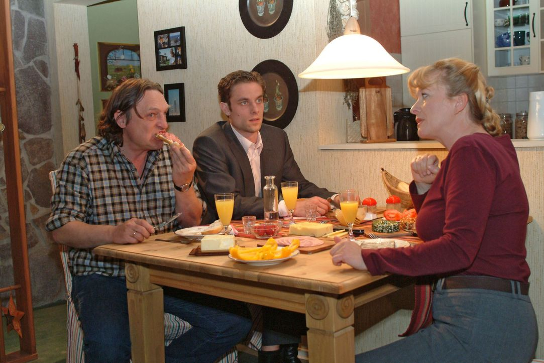 Zumindest bei Lisas Eltern Bernd (Volker Herold, l.) und Helga (Ulrike Mai, r.) kann Max (Alexander Sternberg, M.) punkten. - Bildquelle: Monika Schürle Sat.1