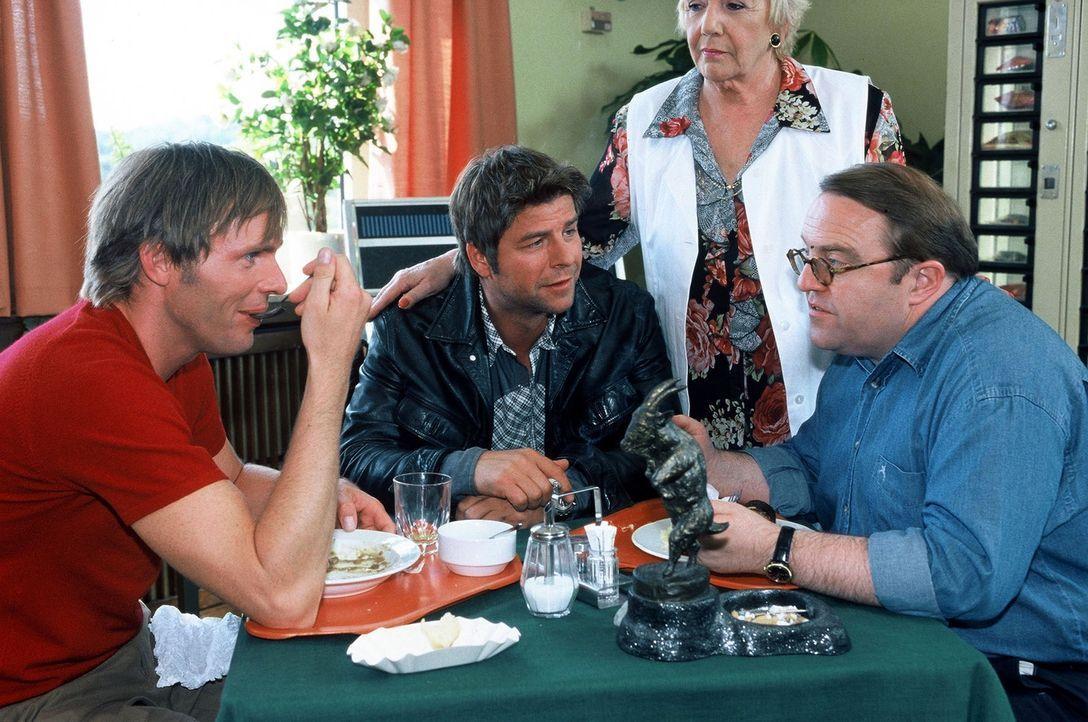 Jupp (Uwe Fellensiek, 2.v.l.), Falk (Dirk Martens, l.) und Achim (Gustav Peter Wöhler, r.) besprechen einen brisanten Fall, während Mutter Bertha (I... - Bildquelle: Münstermann Sat.1