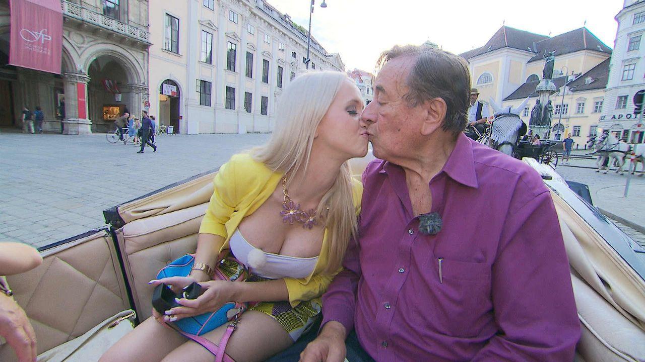 """Romantischer Moment: Mit einem wundervollen Ring macht Baulöwe Richard Lugner (r.) seinem """"Spatzi"""" Cathy Schmitz (l.) einen Heiratsantrag, den sie ü... - Bildquelle: SAT.1"""