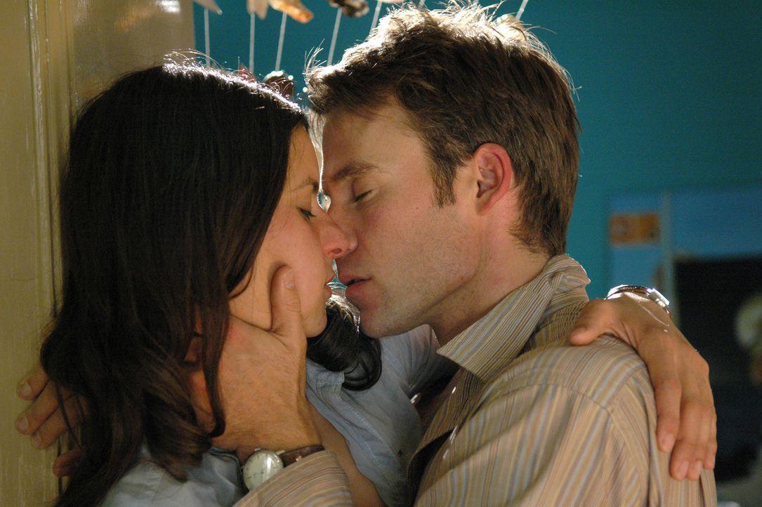 Liebe auf den ersten Blick: Max (Marco Girnth, r.) und Annika (Liane Forestieri, l.) ... - Bildquelle: ProSieben