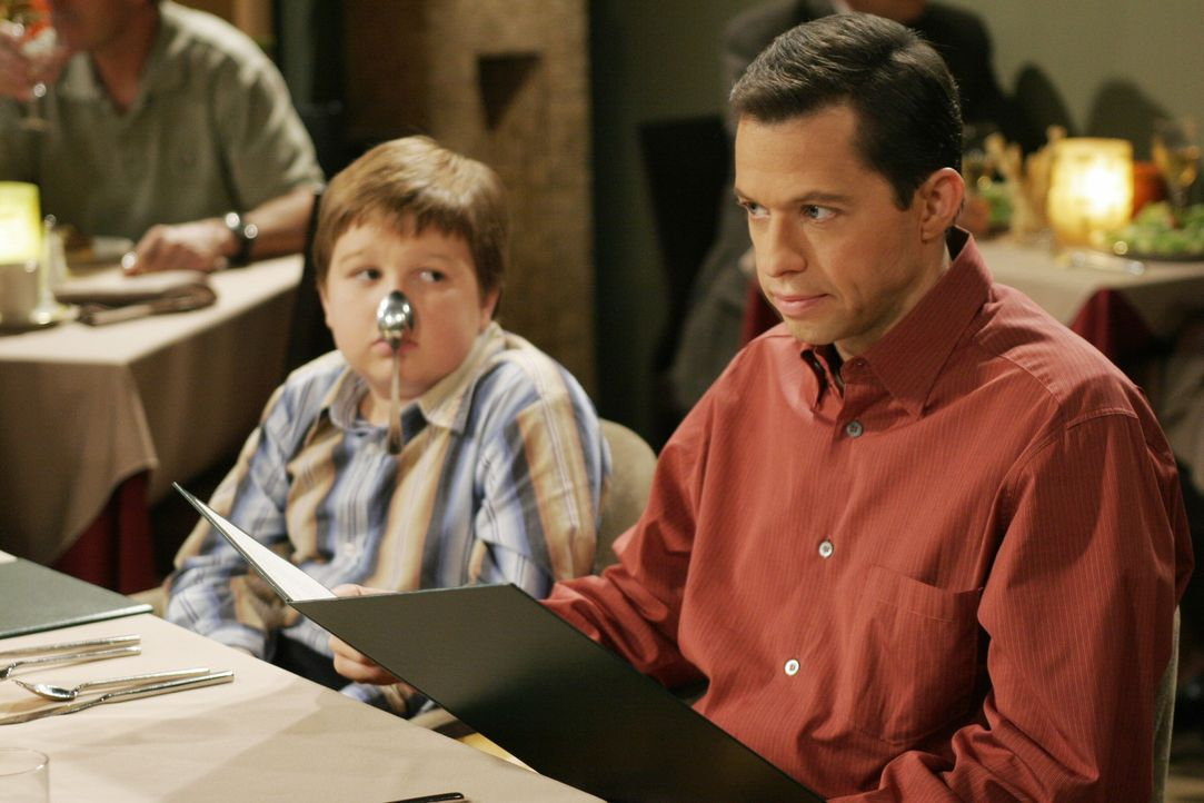 Während sich Alan (Jon Cryer, r.) bei einem Familienessen über seine Mutter ärgert, langweilt sich Jake (Angus T. Jones, l.) zu Tode ... - Bildquelle: Warner Brothers Entertainment Inc.
