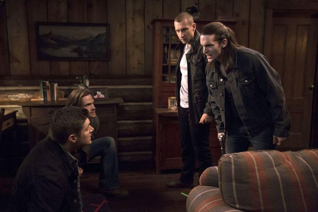 Eigentlich wollten Dean (Jensen Ackles, l.) und Sam (Jared Padalecki, 2.v.l.) Jagd auf eine mordende Werwölfin machen, doch dann müssen sie sich plö... - Bildquelle: 2016 Warner Brothers