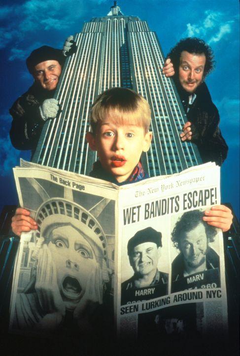 In New York wollen sich die beiden Ganoven Harry (Joe Pesci, l.) und Marv (Daniel Stern, r.) an dem kleinen Kevin (Macauley Culkin, M.) rächen ... - Bildquelle: 20th Century Fox Film Corporation