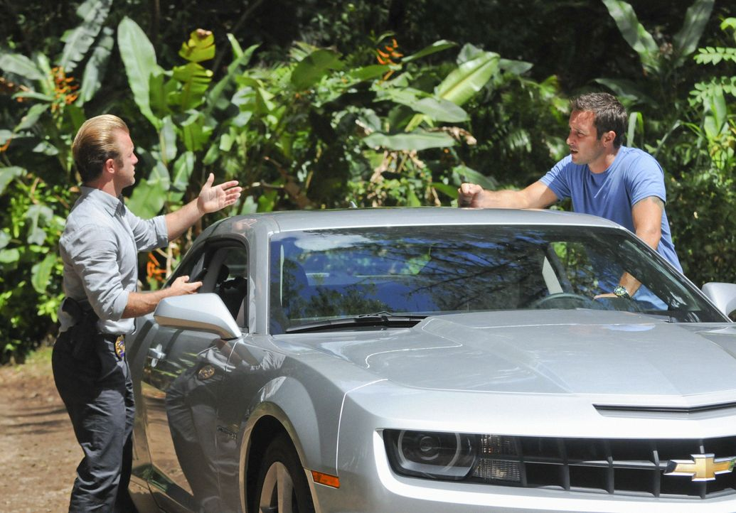 Ein Wettlauf gegen die Zeit beginnt, als sie einen satanistischen Mörder stoppen wollen: Steve (Alex O'Loughlin, r.) und Danny (Scott Caan, l.) ... - Bildquelle: 2012 CBS Broadcasting, Inc. All Rights Reserved.