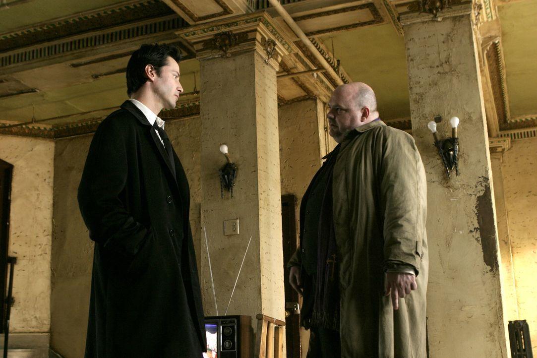 Pater Hennessy (Pruitt Taylor Vince, r.) bittet Constantine (Keanu Reeves, l.) um Hilfe: Er soll eine Teufelsaustreibung vornehmen ... - Bildquelle: Warner Brothers