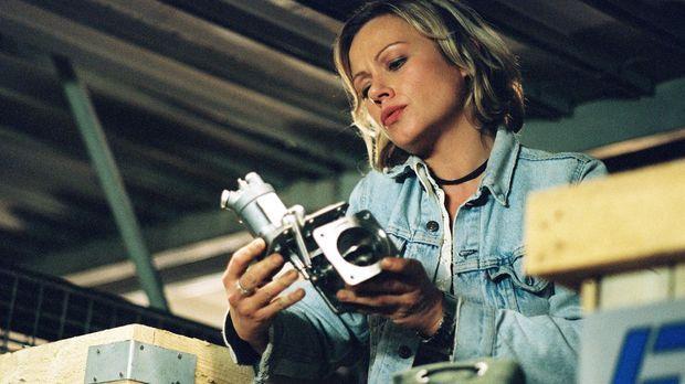 Franziska (Jennifer Nitsch) entwendet ein gebrauchtes Flugzeugersatzteil