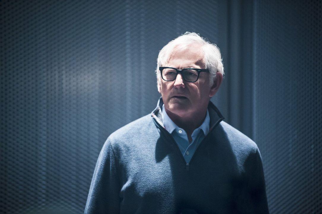In der Zukunft ist Dr. Stein (Victor Garber) zusammen mit seinen Freunden bei den Time Mastern in Gefangenschaft, doch durch Jax' Zeitreise besteht... - Bildquelle: 2015 Warner Bros.