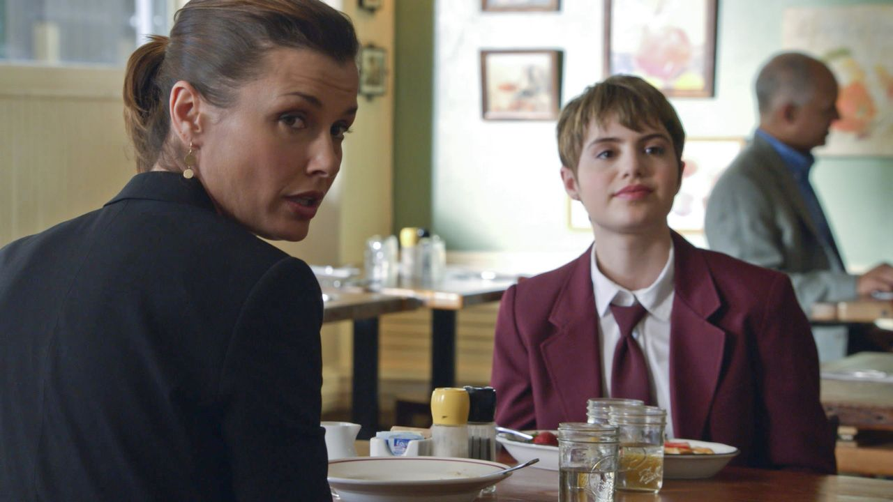 Erin (Bridget Moynahan, l.) und Nicky (Sami Gayle, r.) beobachten beim Frühstück ein Mädchen in Begleitung eines Mannes. Kurz darauf  finden sie die... - Bildquelle: 2013 CBS Broadcasting Inc. All Rights Reserved.