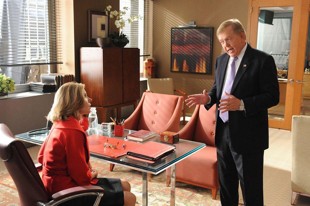 Diane Lockhart (Christine Baranski, l.) ist sehr überrascht als Lou Dobbs (Lou Dobbs, r.) sie bittet, ihn vor Gericht zu vertreten ... - Bildquelle: CBS Broadcasting Inc. All Rights Reserved