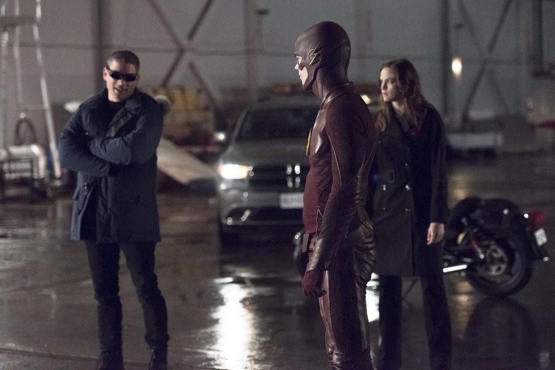 Caitlin (Danielle Panabaker, r.) ahnt bereits, dass sie Leonard alias Captain Cold (Wentworth Miller, l.) nicht trauen können, aber Barry alias The... - Bildquelle: Warner Brothers.