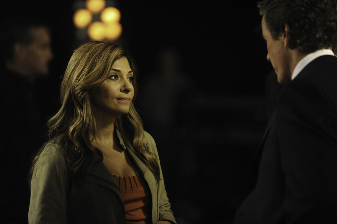 Schweres Gepäck: Dani (Callie Thorne, l.) und Liam Dermer (Linden Ashby, r.) ... - Bildquelle: 2011 Sony Pictures Television Inc. and Universal Network Television LLC.  All Rights Reserved.