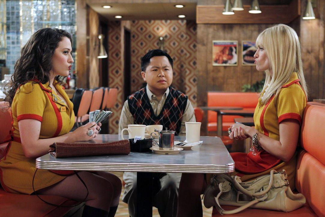 Ihren kritischen Chef Han (Matthew Moy, M.) von einer Party in seinem Restaurant zu überzeugen, ist für die beiden Kellnerinnen Max (Kat Dennings,... - Bildquelle: Warner Brothers